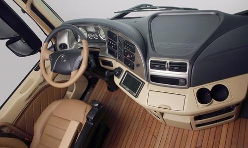 Interiér nákladního vozu Mercedes-Benz Actros.